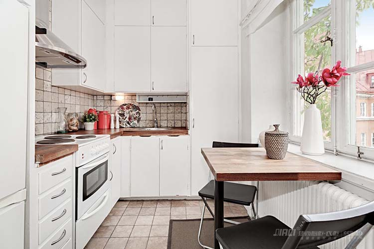 【捷西橱柜】珍惜所有不期而遇,看淡所有不辞而别,想要一款一见如故的厨房,首先你需要确定自己钟意什么风格的橱柜效果图,小编整理了一些厨房装修图片,相信总有一款厨房你想抱回家! 橱柜会根据厨房来设计布局,L形是最常见的一种。如果厨房空间不大,就要考虑是否把冰箱放在厨房。