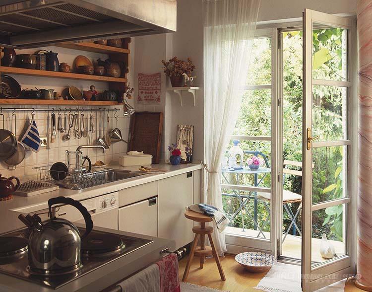 有很多人为了扩大室内的面积,将厨房外推至阳台,这本属于两个不同功能空间,却要合二为一,不是不行,但一定要合理的设计。  特别是阳台属于室内空间,而厨房属于室内空间,而且在防风、防火方面有特殊需求,因此,将阳台装修成厨房,需要注意以下几大问题。  一、阳台改造厨房的条件 阳台是否能改造成厨房是有条件的限制的。首先需考虑户型是否具备改造的条件。  阳台改造厨房的条件包括:阳台是否具备上下水条件、阳台是否与厨房相邻或相通和排烟道的改造是否可行等3个方面。但是最基础的改造是阳台是否与厨房相邻或相通。  1、具备上