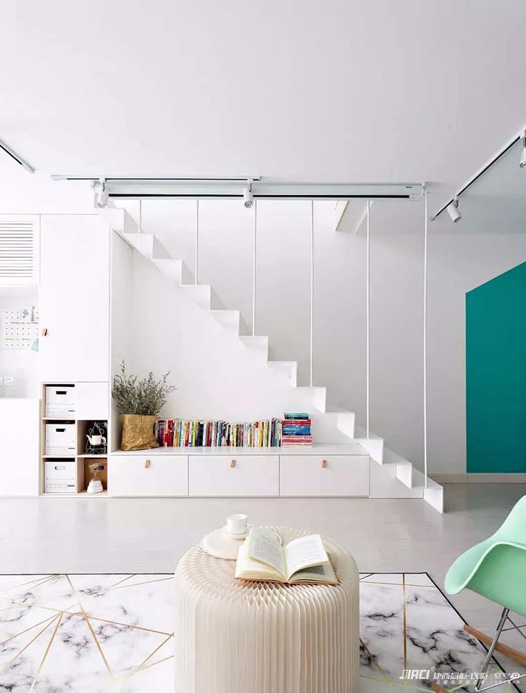 下面的空间利用为储物 展示空间,顶面设计了投影幕布,间距3.